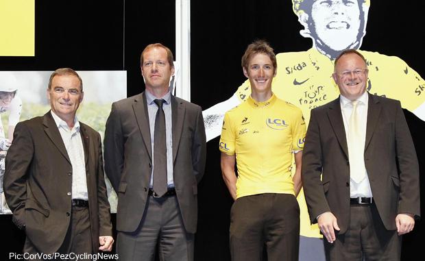 Bernard Hinault reikt de gele trui uit aan  Andy Schleck