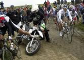 Roubaix-wielrennen-cycling: Parijs-Roubaix - Val TV motor op de eerste kasseistrook met links Michaele Bartoli en rechts Magnus Backstedt - foto Cor Vos ©2004