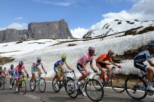Gardeccia-Val di Fassa - Italie - wielrennen - cycling - radsport - cyclisme - Giro D'Italia 2011 - 15e etappe Conegliano > Gardeccia-Val di Fassa - sfeer illustratie passage Passo Giau - Contador - foto Cor Vos ©2011