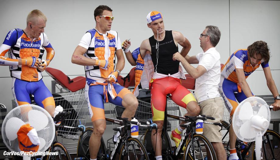 Les Essarts - Frankrijk - wielrennen - cycling - radsport - cyclisme - Le Tour 2011 - Tour de France 2e etappe - TTT - ploegentijdrit - contre le montre par equipes - Les Essarts > Les Essarts 23 km  -  #41 Robert Gesink - #49 Maarten Tjallingii  en #47 Luis Leon Sanchez Gil (Team Rabobank) trekken hun koelvest aan bij de warming-up - trainer Louis Delahaye helpt rechts #48 Laurens Ten Dam  - foto Cor Vos ©2011 - motard Dirk Honigs