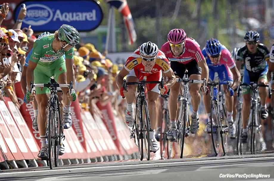 Angouleme - France - wielrennen - cycling - cyclisme - radsport - Tour de France 18e etappe - Cahors - Angouleme - 24 Bernhard Eisel (Aut-T-Mobile) - 171 Tom Boonen (Bel-Quickstep) - 216 Robert Hunter (Rsa-BarloWorld) - foto Marketa Navratilova/Wessel van Keuk/Cor Vos ©2007