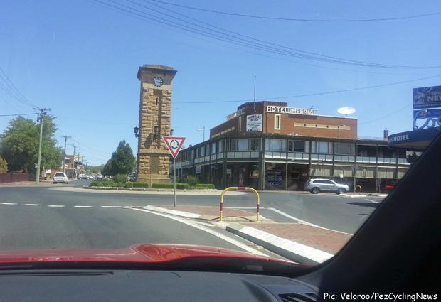 tdu14_Outback_town_2_pubs_per_rou