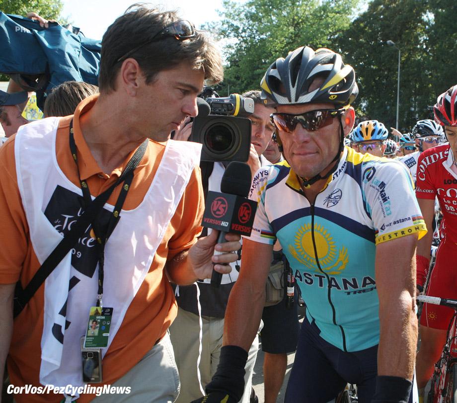 Besancon - Frankrijk - wielrennen - cycling - radsport - cyclisme - Tour de France 2009 - 14e etappe - Colmar > BesanÁon - oud renner Frankie Andreu en 22. Lance Armstrong (USA - Astana) - foto Wessel van Keuk/Mike Romo/Cor Vos ©2009