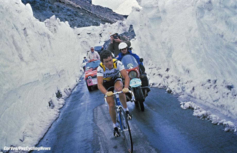 Stelvio - Italia - wielrennen - cycling - radsport - cyclisme - Bernard Hinault tijdens de beklimming van de besneeuwde Stelvio - Giro 1980 - foto Cor Vos ©2010