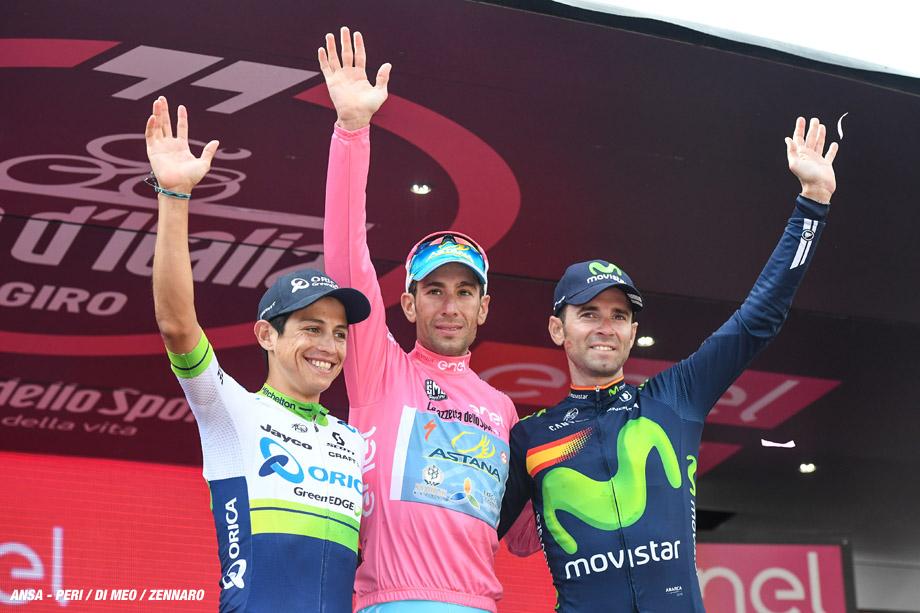 Vincenzo Nibali (C) vince il Giro d'Italia 2016, secondo classificato Esteban Chaves (S) e terzo Alejandro Valverde (d) Torino, 29 maggio 2016.  ANSA/ALESSANDRO DI MEO