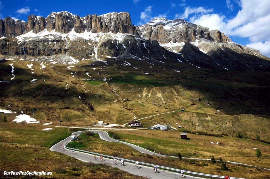A group of dropped riders descends the Passo Pordoi in the heart of the Dolomites, Giro D'Italia, stage 13, foto Marketa Navratilova/Cor Vos ©2001