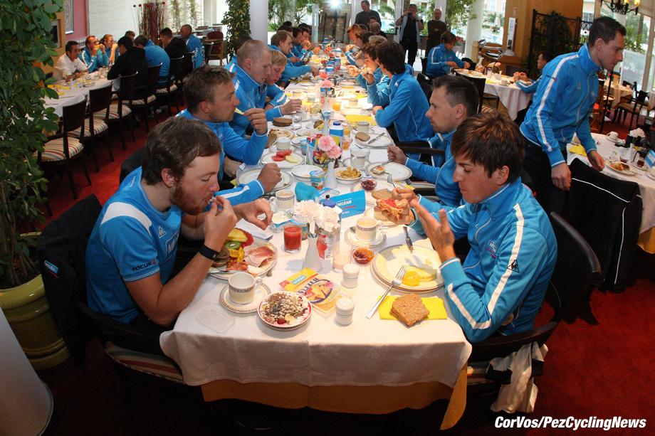Mallorca - Spanje - wielrennen - cycling - radsport - cyclisme - Trainingstage Team Milram 2010 op Mallorca - sfeer illustratie ontbijt - fruestuck - breakfast - foto Cor Vos ©2010