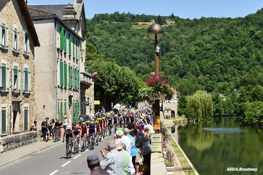 tour de France 2016 - 07/07/2016 - Etape 6 - Arpajon-sur-cère/ Montauban (190,5 km) - Le peloton traverse Villefranche-de-Rouergue