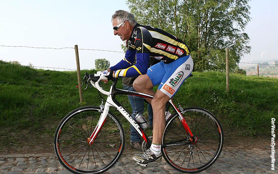 Roubaix - wielrennen - cycling - radsport - cyclisme - oud winaars en voormalige deelnemers aan Parijs-Roubaix doen de mooiste plaatsen aan van de Ronde van Vlaanderen en de Hel van het Noorden in de »Superklassieker» met aankomst op de wielerbaan van Roubaix - Francesco Moser op de Koppenberg  - foto Cor Vos ©2009