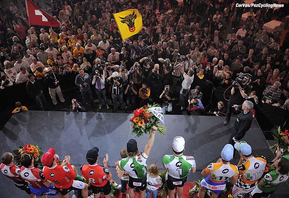 Zurich - Zwitserland - wielrennen - cycling - radsport - cyclisme  -  Züricher 6-Tage-Rennen 2009 - Zesdaagse van Zurich -  Sechstagerennen - 6 Tage Rennen - Sixdays - Bahn - Bahnrad - Baan -  Bruno Risi en Franco Marvulli - foto Cor Vos ©2009