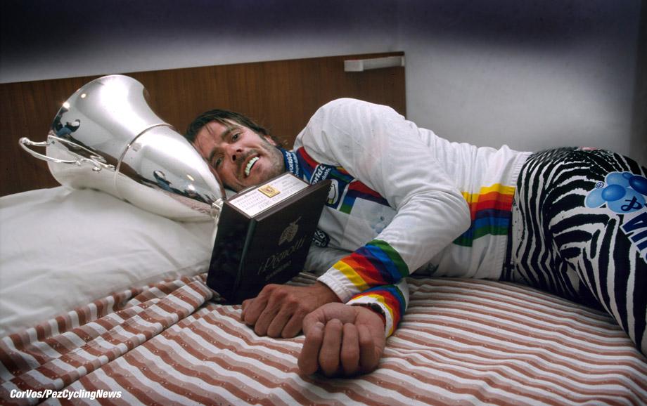 Mario Cipollini slaapt met de cup na zijn zege in Milano-Sanremo, foto HB/Cor Vos ©2002