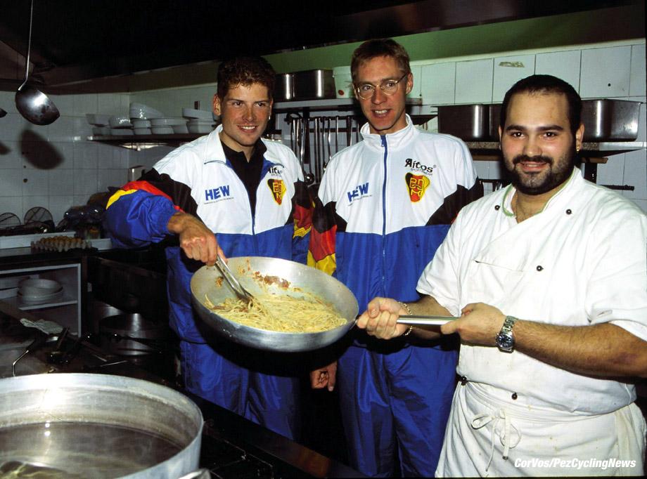 Jan Ullrich en Jens Voigt in de keuken met spaghetti, Verona, wereldkampioenschap wielrennen voor Elite, foto Cor Vos ©1999