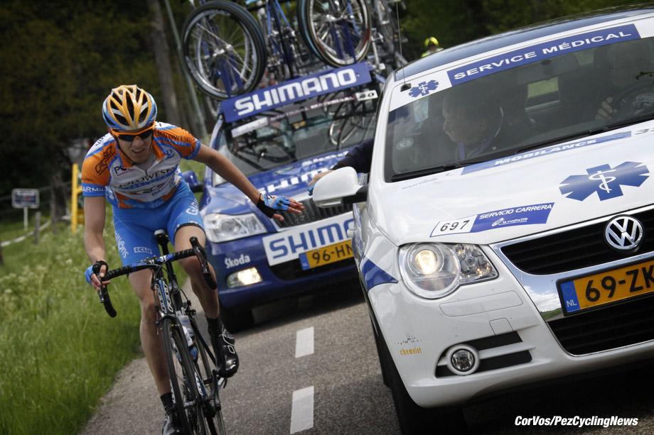 Meppel - Nederland - wielrennen - cycling - radsport - cyclisme -  Royal Smilde Olympia's Tour - 1e etappe  - Heerenveen - Meppel - Alex Howes Garmin bij de dokter van Service Medical  - foto Wessel van Keuk/Cor Vos ©2010