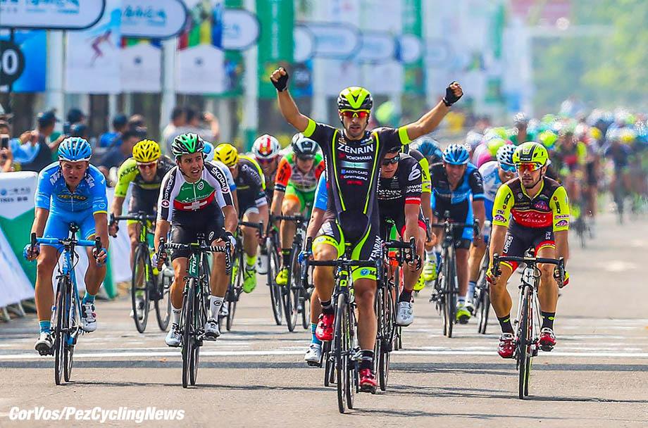 Tour of Hainan 2017 - 1st stage Wanning Xinglong - Wanning Xinglong 88.3 km - 28/10/2017 - Jon Aberasturi (Team Ukyo) - Jakub Mareczko (ITA - Wilier Selle Italia) - Michael Freiberg (AUS - IsoWhey Sports SwissWellness team) - photo LB/RB/Cor Vos © 2017