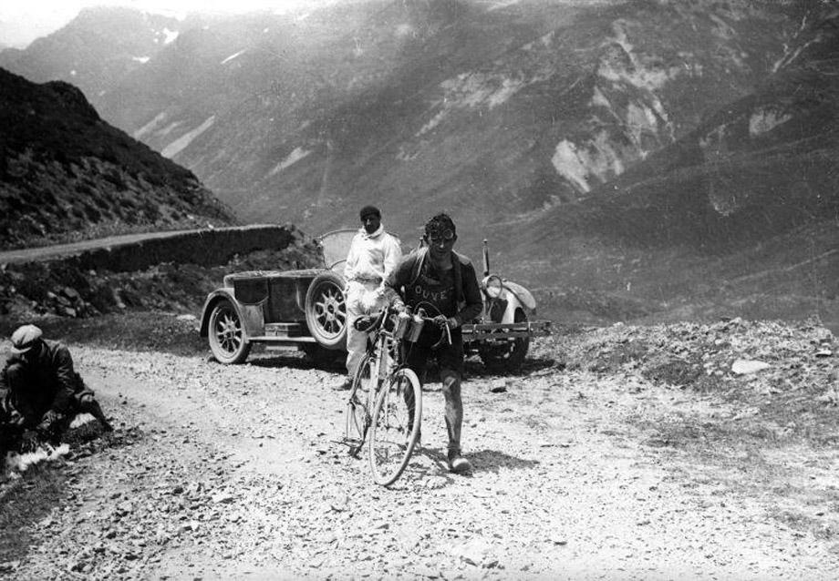 Wielrennen. Tour de France/Ronde van Frankrijk 1928, etappe Hendaye-Luchon (387 km). De Belg Maurice Geldhof beklimt een stuk van de Col de Aubisque te voet, Frankrijk 1928.