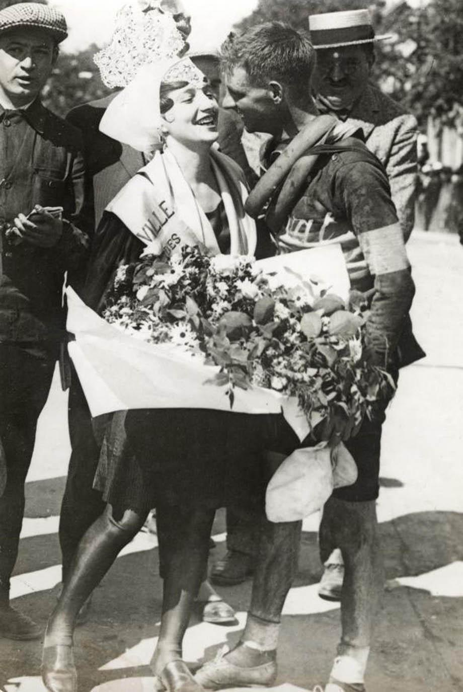 Wielrennen. Tour de France/Ronde van Frankrijk 1928, 6e etappe Vannes-Les Sables d'Olonne (204 km) . Foto: De Australi베Hubert Opperman ontvangt bloemen en kussen van het mooiste meisje uit Sables, Frankrijk 1928.