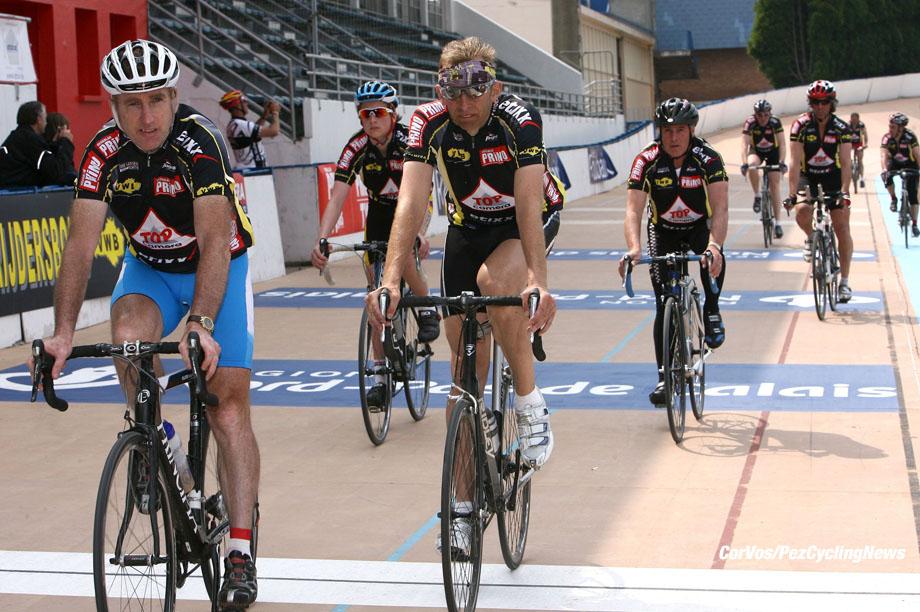 Roubaix - wielrennen - cycling - radsport - cyclisme - oud winaars en voormalige deelnemers aan Parijs-Roubaix doen de mooiste plaatsen aan van de Ronde van Vlaanderen en de Hel van het Noorden in de »Superklassieker» met aankomst op de wielerbaan van Roubaix - Sean Kelly - foto Cor Vos ©2009