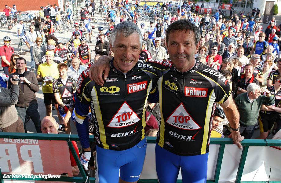 Roubaix - wielrennen - cycling - radsport - cyclisme - oud winaars en voormalige deelnemers aan Parijs-Roubaix doen de mooiste plaatsen aan van de Ronde van Vlaanderen en de Hel van het Noorden in de »Superklassieker» met aankomst op de wielerbaan van Roubaix - Francesco Moser en Roger de Vlaeminck - foto Cor Vos ©2009