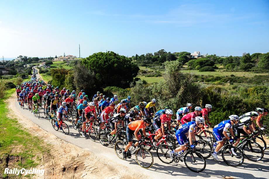 Das Fahrerfeld durchquert die schoene Landschaft entlang der Algarve - Landschaft - Landscape - Feature - Natur - Hintergrund - Illustration - Impression - Uebersichtsbild - kompaktes Fahrerfeld - Aktion - Rennszene - Querformat - quer - horizontal - Event/Veranstaltung: 43. Volta ao Algarve em Bicicleta 2017 - Stage 2 / 2.Etappe: Lagoa to/nach Alto da Foia 189.3 km - Location/Ort: Portugal - Europe/Europa - Date/Datum: 16.02.2017