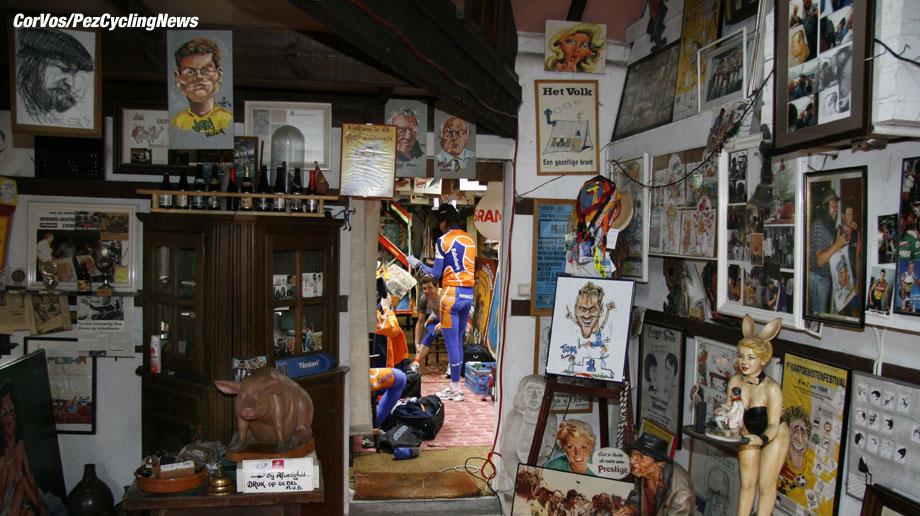 Kuurne - wielrennen - cycling - cyclisme - radsport - Kuurne-Brussel-Kuurne - de Rabobank wielerploeg verkleed zich in de tekenstudio van de belgische kunstenaar Nesten - foto Cor Vos ©2007