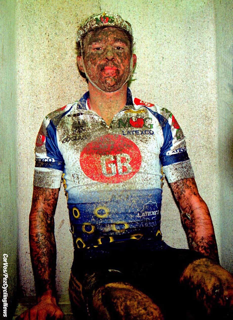 Johan Museeuw was in zijn leven nog nooit zo teleurgesteld als na afloop van Parijs-Roubaix 1994. Op de foto zit de klasrijke Belg gedesilusioneerd in de bekende douches., foto Cor Vos ©