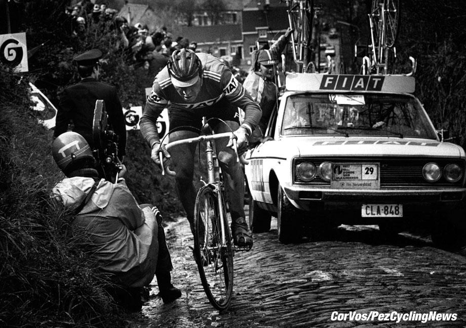Eddy Merckx zwoegt tegen de Koppenberg in de Ronde van Vlaanderen van 1977