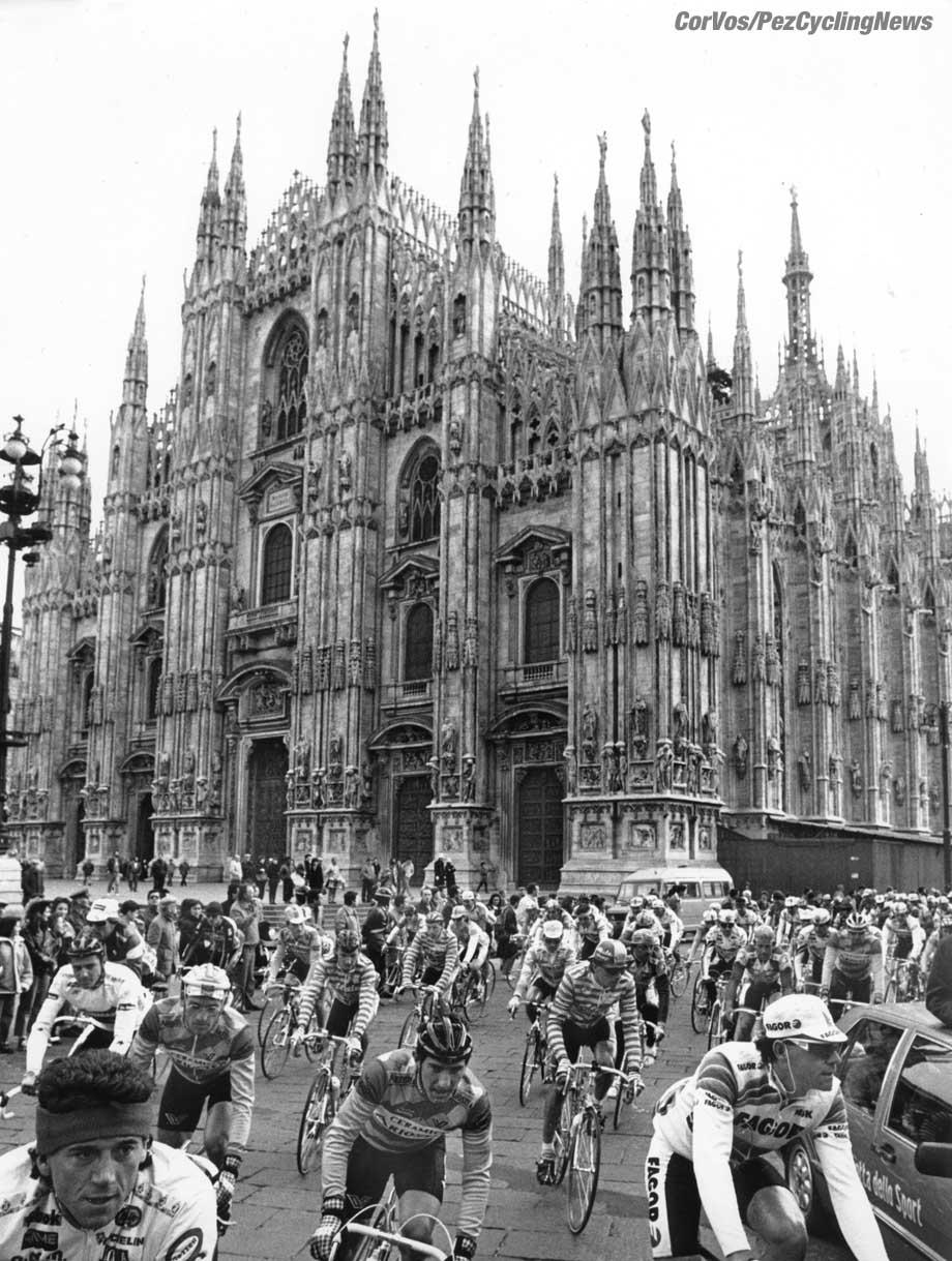 Hoogvliet - archive - archief - stock - wielrennen - cycling - radsport - cyclisme - Milano - Sanremo - start bij de Duomo van Milano - foto Cor Vos ©2008