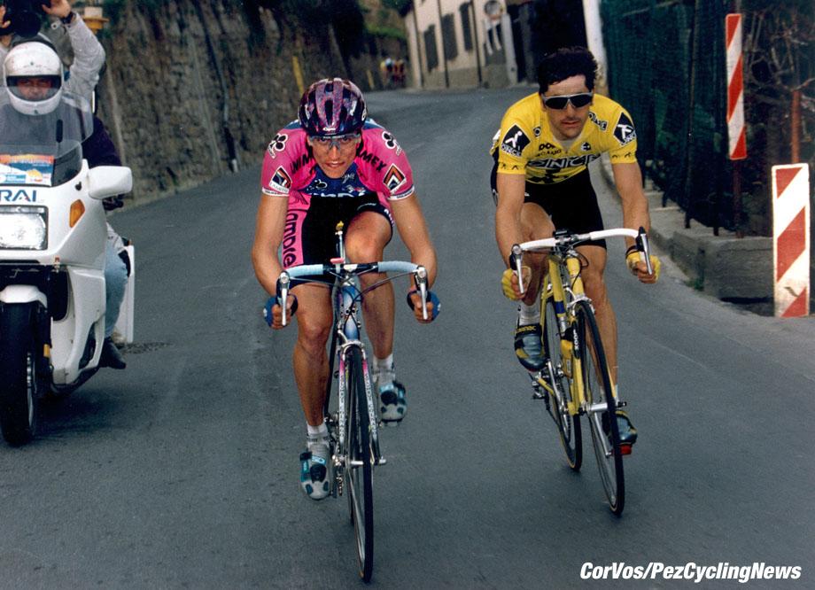 Milano-Sanremo: Fondriest en Jalabert zijn op de Poggio gedemareerd. Fondriest zal solo arriveren, foto Cor Vos ©2003