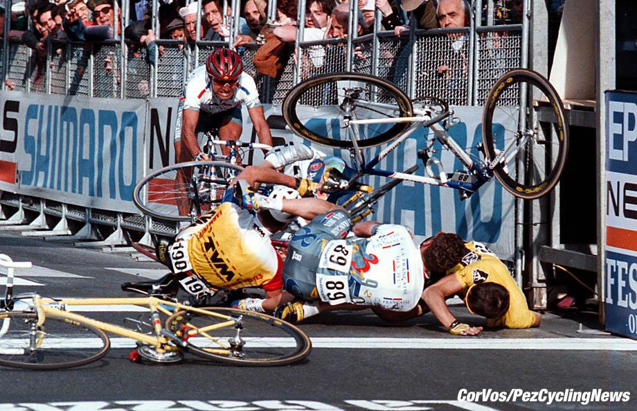 Milano-SanRemo: Michaelsen(TVM) Sciandri (wit shirt) Jalabert (Geel rechts). foto Cor Vos© 22-03-97 wielrennen