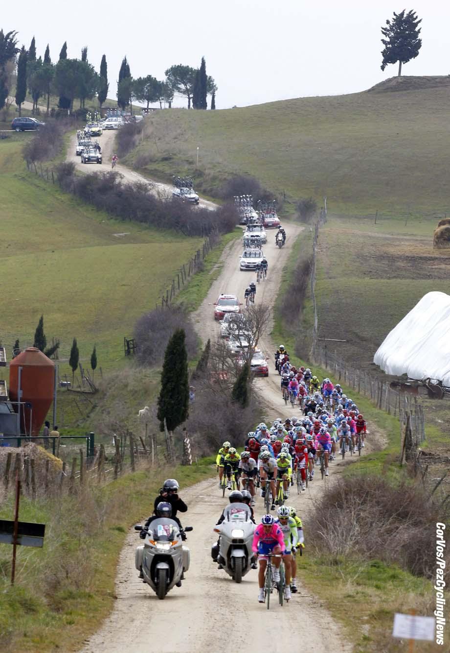 Siena - Italia - wielrennen - cycling - radsport - cyclisme - Montepaschi Strade Bianche - Eroica Toscana. -  sfeer illustratie peloton - foto Cor Vos ©2011