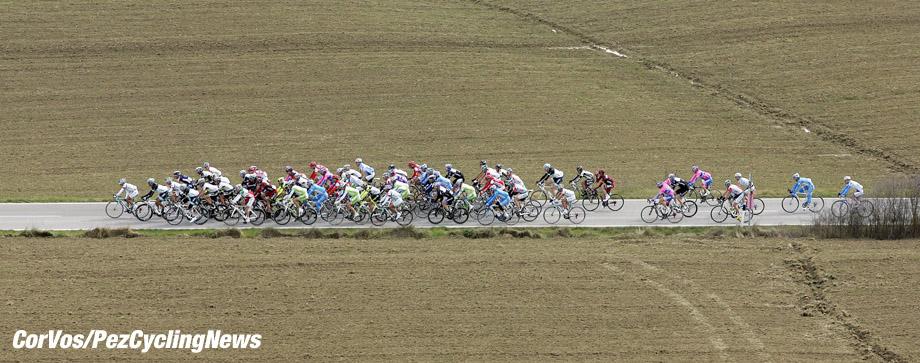 Siena - Italia - wielrennen - cycling - radsport - cyclisme - Montepaschi Strade Bianche - Eroica Toscana. - sfeer illustratie peloton  - foto Claudio Minardi/Cor Vos ©2011