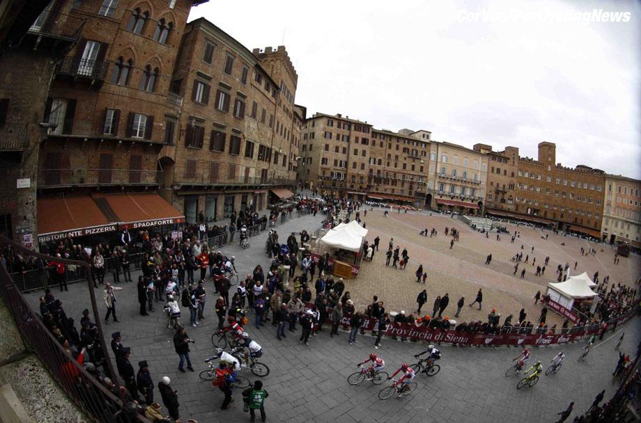 Siena - Italia - wielrennen - cycling - radsport - cyclisme - Montepaschi Strade Bianche - Eroica Toscana. - sfeer illustratie  - foto Cor Vos ©2011