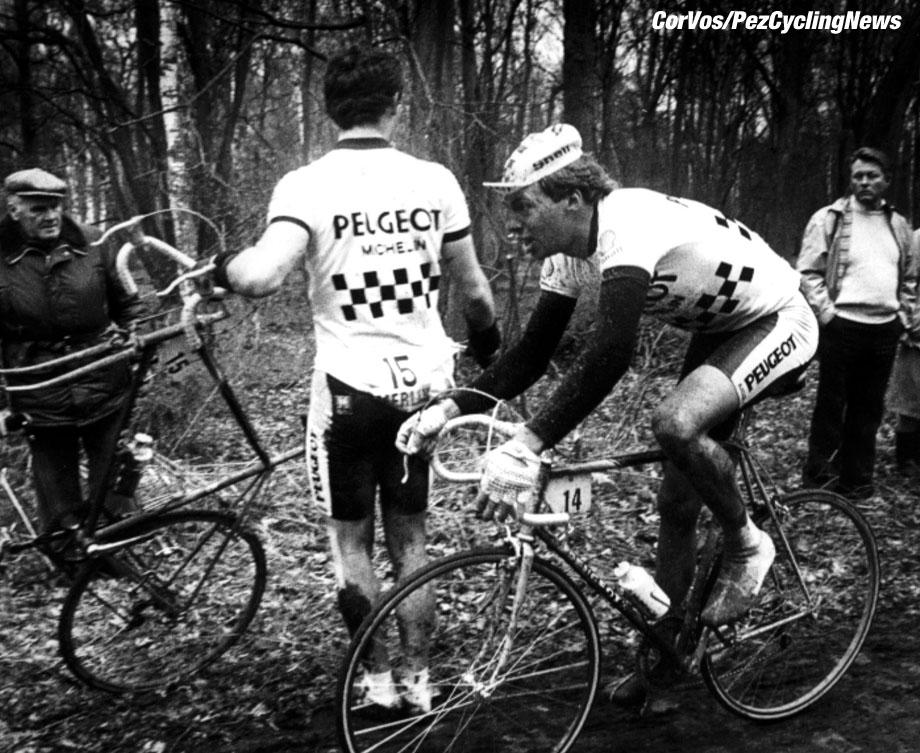 Sfeerfoto van renner met lekke band in het Bos de wallers, Parijs-Roubaix, foto Cor Vos ©