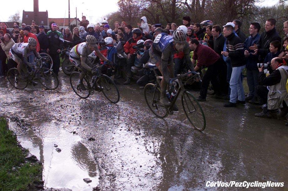 Parijs-Roubaix, foto Cor Vos ©2001 Johan Museeuw, Romans Vainsteins en George Hincapie