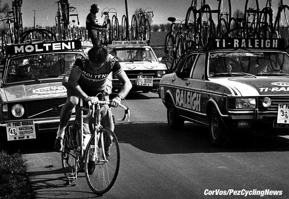 Eddy Merckx heeft in Parijs-Roubaix lek gereden. foto Cor Vos©