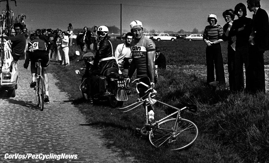 Raymond Poulidor lek in Parijs-Roubaix. foto Cor Vos©