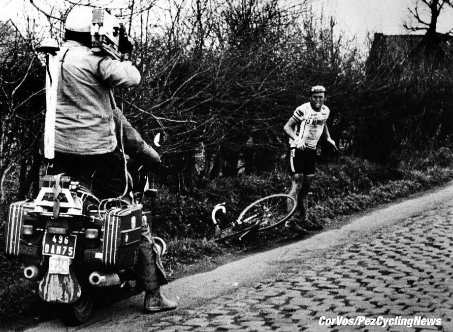 Hennie Kuiper rijdt in de finale van Parijs-Roubaix 1983  lek, maar wint toch de Hel!, foto Cor Vos ©