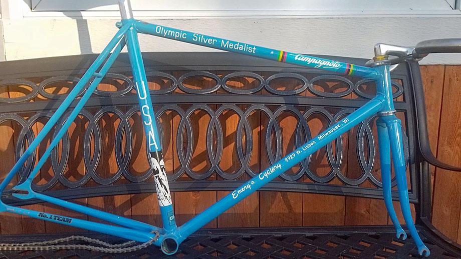 """emery """"width ="""" 920 """"height ="""" 518 """"class ="""" alignnone size-full wp-image-262811 """"srcset ="""" https://pezcyclingnews.com/wp-content/uploads/2020/04/brent-emery- bike-1-920.jpg 920w, https://pezcyclingnews.com/wp-content/uploads/2020/04/brent-emery-bike-1-920-300x169.jpg 300w, https://pezcyclingnews.com/ wp-content / uploads / 2020/04 / brent-emery-bike-1-920-768x432.jpg 768w """"tailles ="""" (largeur max: 920px) 100vw, 920px """"/></p> <p><strong>PEZ: Vous étiez sur la liste des Jeux olympiques de Moscou de 1980, mais les États-Unis les ont boycottés pour protester contre l'invasion soviétique de l'Afghanistan; ça a dû être un coup dur?</strong><br />Je venais de quitter mon emploi, j'ai vendu tout ce que je possédais et avec 300 $ en poche, j'ai pris une place de résident au Centre d'entraînement olympique de Colorado Springs. Quatre jours plus tard, le boycott a été annoncé. Nous sommes tous sortis et nous sommes devenus bien et ivres. Le Centre était un ancien camp militaire avec des clôtures en fil de fer barbelé – nous avions mis nos vestes sur le fil pour grimper, puis nous avons rencontré la sécurité. . . Le fait est que la plupart d'entre nous sont retournés à un entraînement sérieux le lendemain, juste au cas où il y aurait un changement de cœur. . .</p> <p><img data-src="""